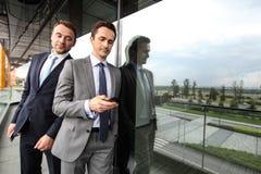 Espion d'homme d'affaires sur d'autres téléphone photo libre de droits