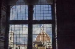 Espionaje de la bóveda de Florencia de una ventana Foto de archivo libre de regalías