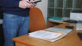 Espionnage industriel remarquez au téléphone prenant des photos des dossiers secrets banque de vidéos