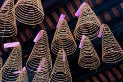 Espirais do incenso que penduram no templo de Thien Hau de Cho Lon Chinatown, distrito 5, Saigon, Ho Chi Minh City, Vietname imagens de stock royalty free
