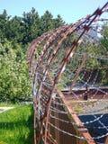 Espiral do arame farpado oxidado afiado foto de stock