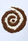 Espiral do café e do açúcar branco com um açúcar de bastão Foto de Stock Royalty Free