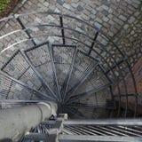 Espiral hacia abajo, escalera espiral en ciudad vieja en Varsovia, Polonia Fotos de archivo