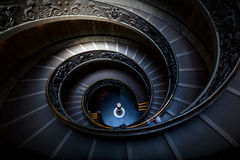 Espiral longa, escadas de enrolamento Sombras escuras, luz suave Fotos de Stock