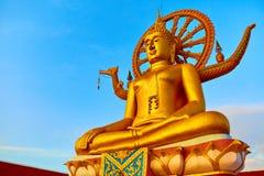 espiritualidade Buda dourada, Wat Phra Yai Temple, Tailândia Reli fotografia de stock royalty free