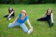 Espiritualidade que exercita na natureza de meninas bonitos Imagem de Stock Royalty Free