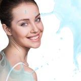 Espirra da água perto da cara bonita do ` s da mulher imagens de stock royalty free
