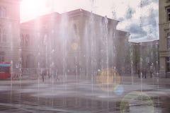 Espirra de uma fonte no por do sol bonito Fotografia de Stock Royalty Free