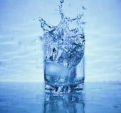 Espirrando a água imagens de stock