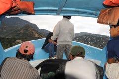 Espirrando a água em um barco no lago Atitlan Imagens de Stock Royalty Free