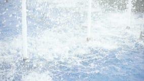 Espirrando a água em um movimento lento da fonte filme