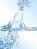 Espirrando a garrafa de água Fotografia de Stock