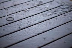 Espirrando gotas de água da chuva perto acima Foto de Stock