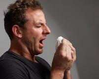 Espirrando o homem com frio fotografia de stock royalty free