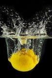 Espirrando o limão em uma água imagem de stock royalty free