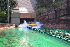 Espirrando o passeio da água no parque temático fotos de stock