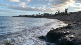 Espirrando ondas de oceano na praia de Santa Barbara Goleta Costa do Pac?fico Calif?rnia vídeos de arquivo