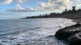 Espirrando ondas de oceano na praia de Santa Barbara Goleta Costa do Pac?fico Calif?rnia filme