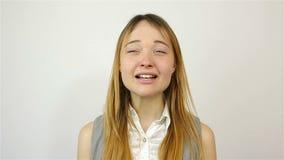 Espirrando uma jovem mulher video estoque