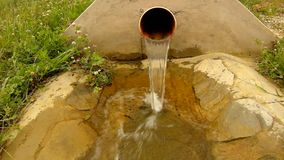 Espirrar a água da tubulação plástica do dreno está correndo para baixo ao pedregulho e às bolhas vídeos de arquivo