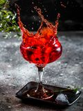 Espirre a fotografia do cocktail Barra cocktails ?lcool vodka Partido Foto do movimento fotografia de stock