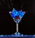 Espirro azul do cocktail imagem de stock royalty free