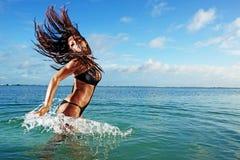Espirro modelo da aptidão no oceano Fotografia de Stock