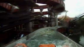 Espirro na atração da água no parque de diversões vídeos de arquivo