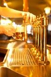 Espita de oro con la cerveza Fotos de archivo