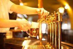 Espita de oro con la cerveza Imagen de archivo libre de regalías