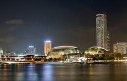Esplanad Theatres na zatoce w Singapur, z pięknym wodnym odbiciem Obraz Royalty Free