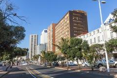 Esplanada contra a skyline da cidade na parte dianteira da praia em Durban Foto de Stock Royalty Free