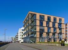 Esplanada w Ãœberseestadt okręgu z opowieść budynku biurowego nowożytnym dobrem następnie Bremen Niemcy, Listopad - 25th, 2017 - Zdjęcie Stock
