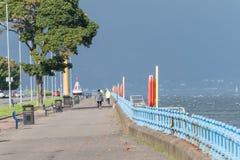 Esplanade Greenock που φαίνεται δύση με τους ανθρώπους που περπατούν σε έναν βαρύ στοκ εικόνα με δικαίωμα ελεύθερης χρήσης