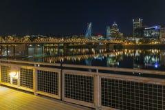 Esplanade-Ufergegend Portlands Eastbank nachts Stockfoto