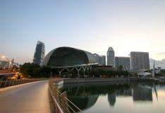 Esplanadetheater, das um Marina Bay in Singapur findet stockfotos