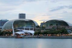 Esplanadetheater, das um Marina Bay in Singapur findet lizenzfreie stockbilder