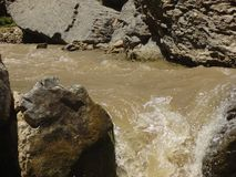 Esplendor de los ríos de la montaña imagenes de archivo