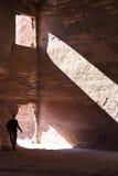 Esploratore in caverna storica e famosa di PETRA Fotografia Stock