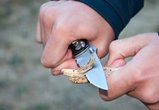 Esploratore che intaglia bastone Immagine Stock Libera da Diritti