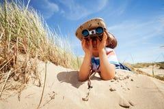 Esploratore del bambino alla spiaggia Fotografia Stock Libera da Diritti