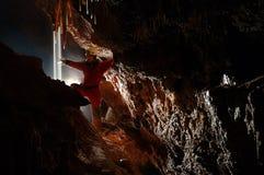 Esploratore della caverna, speleologo che esplora la metropolitana immagini stock libere da diritti