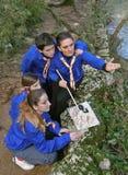 Esploratori con un programma e una bussola in natura Fotografia Stock Libera da Diritti