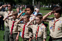 Esploratori di ragazzo a cerimonia di ricordo dell'11 settembre
