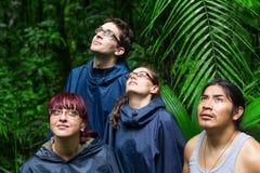 Esploratori europei nella giungla di Amazon fotografie stock