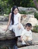 Esplorazione del figlio e della madre Fotografia Stock Libera da Diritti