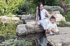 Esplorazione del figlio e della madre Immagine Stock