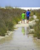 Esplorazione della spiaggia dei fratelli - Shell Island immagine stock