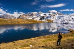 Esplorazione delle alpi nella stagione di autunno Fotografie Stock