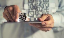 Esplorazione di codice di Qr del calcolatore del ridurre in pani fotografia stock libera da diritti